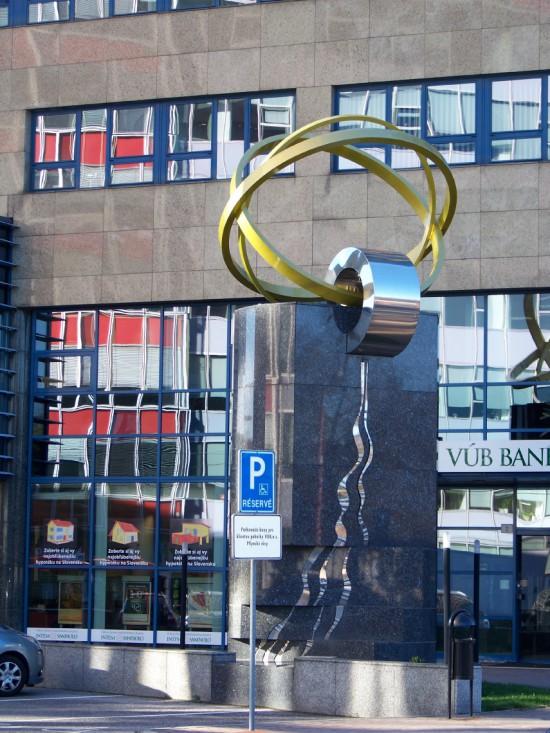 Objekt pred centrálou VÚB v Bratislave